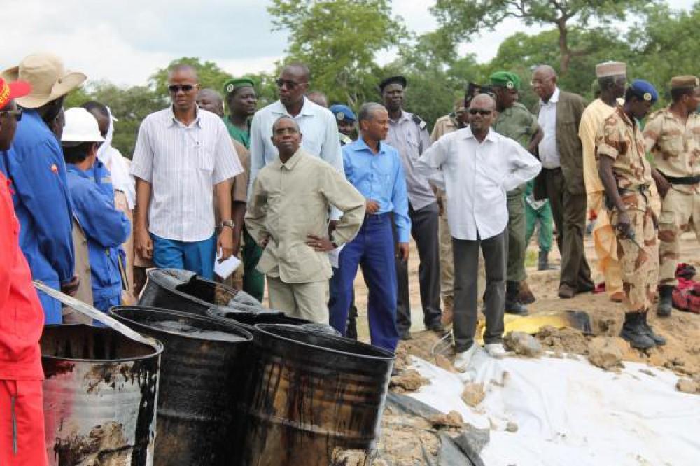 Le ministre du Pétrole (chemise rayée et lunette de soleil) et son collègue de l'environnement (complet gris) constatent les dégâts. RFI: Madjiasra Nako
