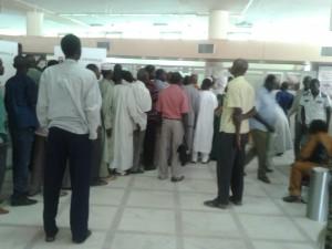 Arrêt sur l'image: Malheureusement il ne s'agit pas d'une crise bancaire, plutôt le quotidien des clients des banques au Tchad, …