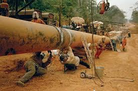 Photo de la pose du pipeline évacuant le brut tchadien. L'exploitation du pétrole a radicalement changé la structure de l'économie du pays.