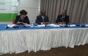 Le Ministre de l'Economie, des Finances et du Plan du Sénégal (au  milieu) présidant la cérémonie de clôture de la conférence