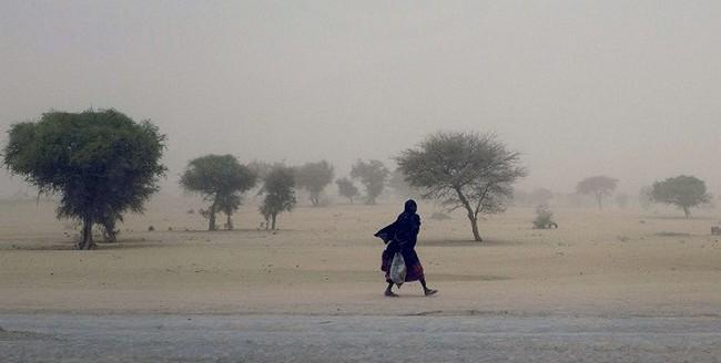 Une femme marche le long du Lac Tchad. Source: http://tchadpages.com